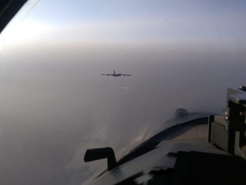 """Rossiya qiruvchi samolyotlari AQSH bombardimonchilariga """"yo'lni ko'rsatib yubordi"""""""